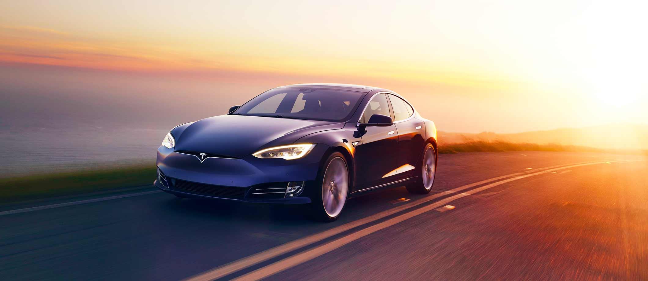 Tesla S fährt auf Straße